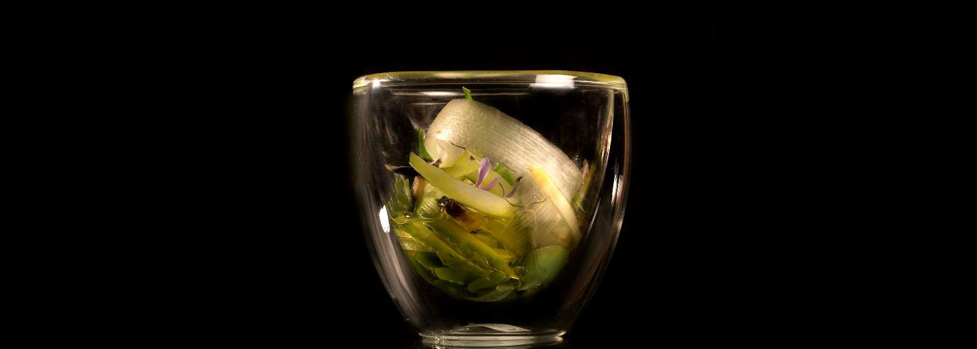 Spanish recipe: Artichoke broth, vegetable micro-wafers, broad beans and peas. Photo by: Toya Legido/©ICEX.
