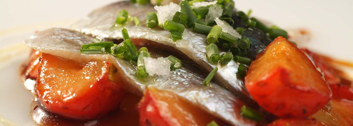 Spanish recipe: Marinated sardines with strawberry and cheese sauces. Photo by: Toya Legido/©ICEX.