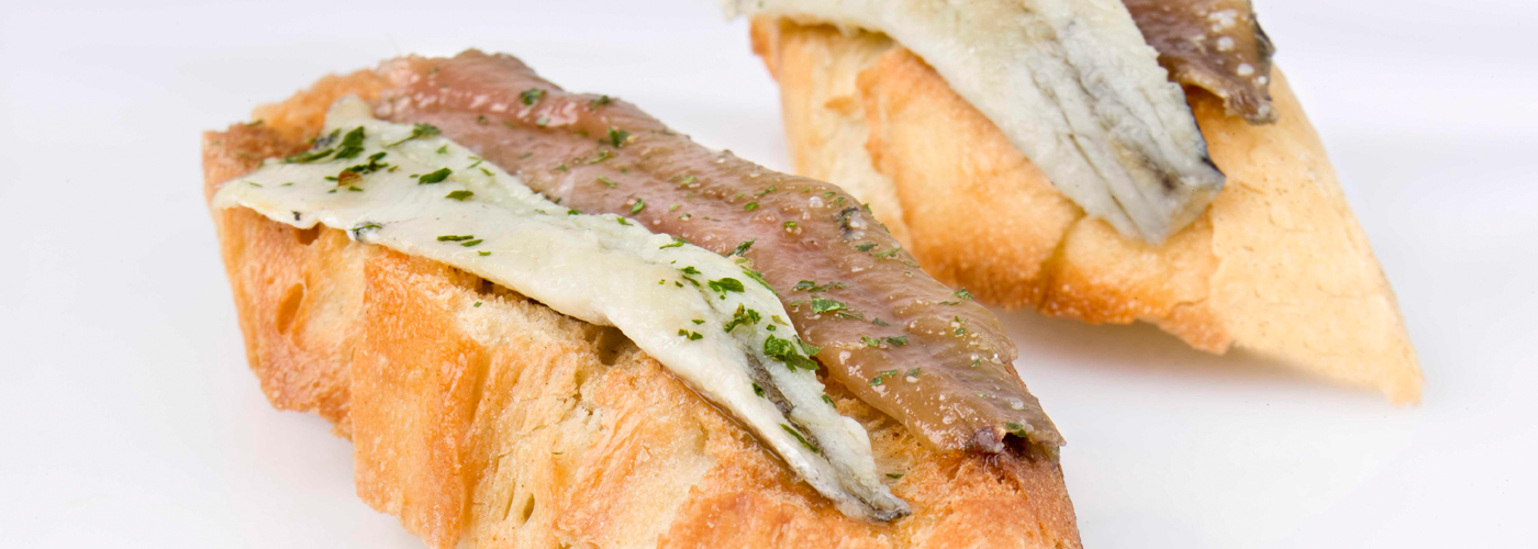 Spanish tapa recipe: Anchovies on toast. Photo by: Javier Peñas/©ICEX.