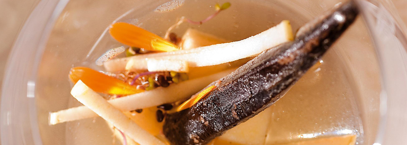 Spanish recipe: Eel confit with consommé of dried salted tuna and apple. Photo by: Toya Legido/©ICEX.
